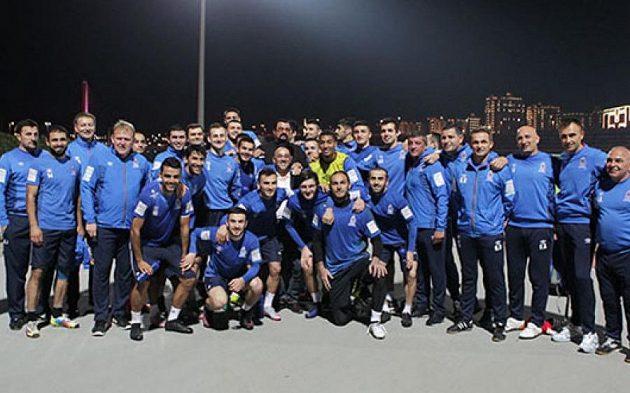 Steven Seagal (uprostřed v černém) před tréninkem Ázerbájdžánu.