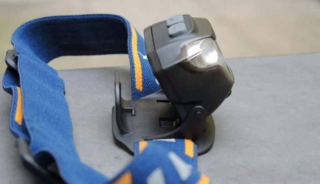 Čelovka Fenix HL26R: Z čelovky lze udělat i provizorní lampičku.