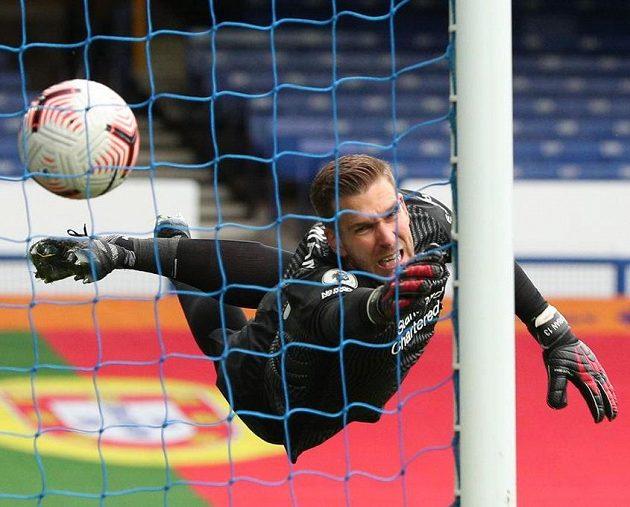 2:2! Liverpoolský gólman Adrian nedosáhl na hlavičku Dominika Calvert-Lewina z Evertonu.
