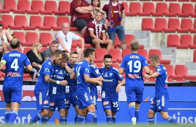 Fotbalisté Sigmy Olomouc slaví na Letné vedoucí gól. Sparta rychle prohrávala.