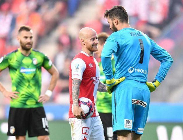 Slávista Miroslav Stoch před penaltou, kterou mu plzeňský Matúš Kozáčik chytil.