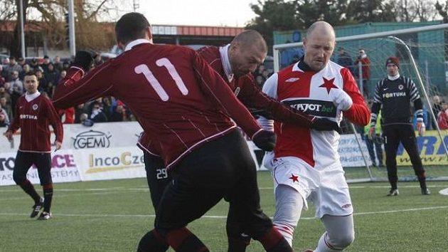 Tomáš Řepka v dresu Sparty v souboji se slávistou Luďkem Zelenkou (vpravo) během silvestrovského derby, zády další sparťan Vratislav Lokvenc.