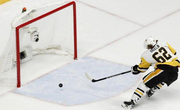 Je to doma. Švédský hokejista Carl Hagelin z Pittsburghu Penguins střílí gól do sítě Nashvillu Predators. Tučňáci vyhráli 2:0 a obhájili cennou trofej.