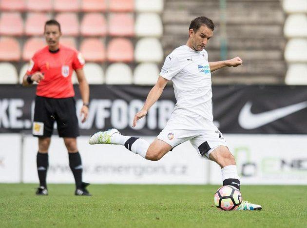Plzeňský útočník Marek Bakoš proměňuje nařízenou penaltu v Příbrami.