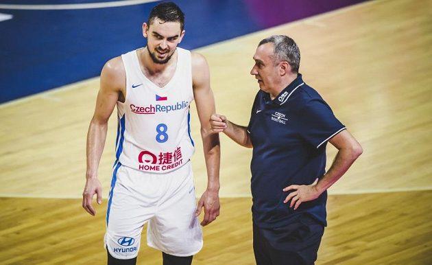 Český basketbalista Tomáš Satoranský hovoří s trenérem během přípravného utkání s Angolou před mistrovství světa.