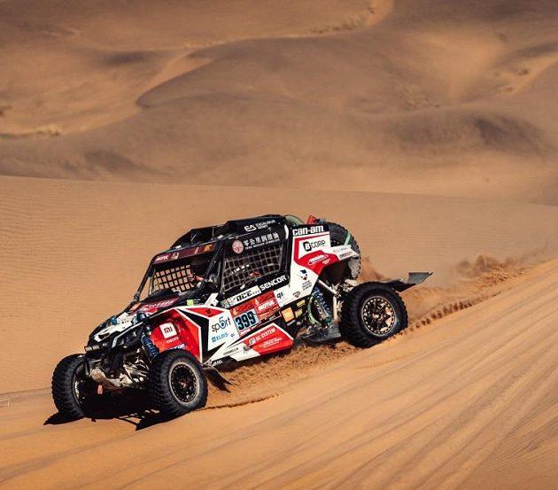 Posádka Josef Macháček a Pavel Vyoral s buginou Can-Am na trati Rallye Dakar.