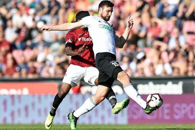 Karvinský útočník Tomáš Wágner vstřelil gól na hřišti pražské Sparty. Obránce Costa jej neuhlídal.