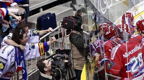 Radující se hokejisté Českých Budějovic poblíž svých fanoušků