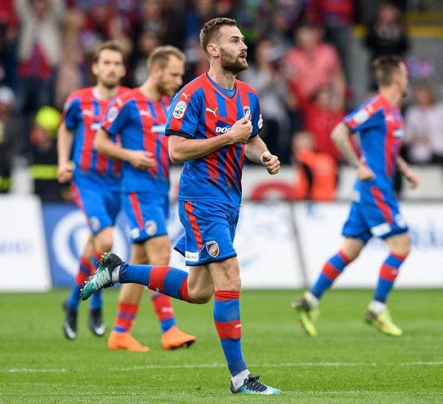 Plzeňský záložník Radim Řezník oslavuje svůj gól.