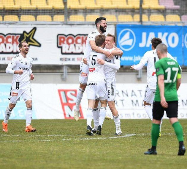 Hráči Sigmy Olomouc se radují v Příbrami.