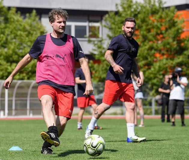 Robert Neumann během tréninku novinářů s trenérem fotbalové reprezentace Jaroslavem Šilhavým.