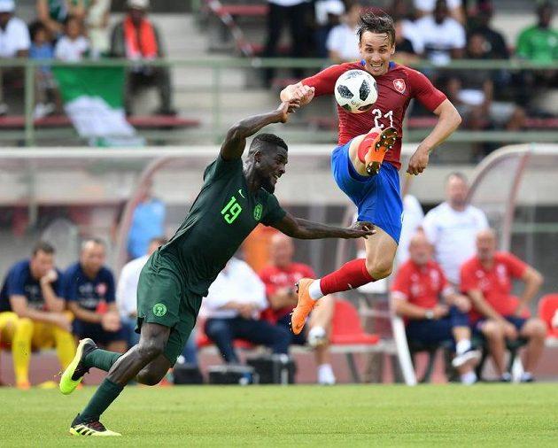 Nigerijec John Ogu (vlevo) v souboji českým reprezentantem Josefem Šuralem.