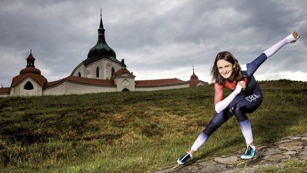 Rychlobruslařka Martina Sáblíková u Poutního kostela na Zelené hoře.