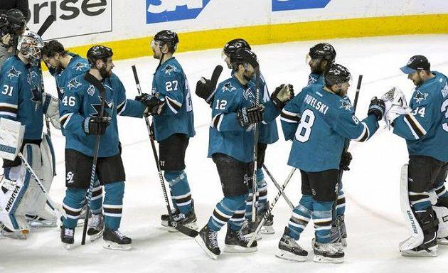 Hokejisté San Jose gratulují brankáři Martinu Jonesovi po vítězném utkání s Nashvillem (třetí zleva je český obránce Roman Polák).