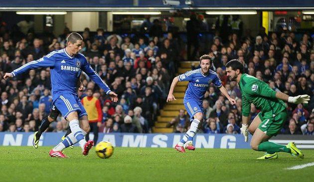 Fernando Torres dává první gól Cheslea v utkání s Crystal Palace.
