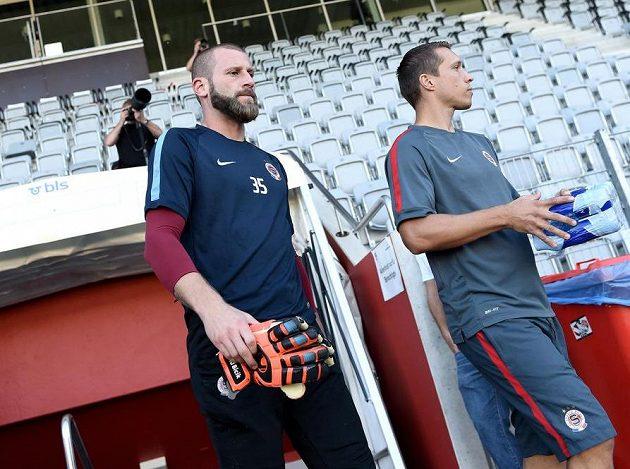 Brankář Sparty Praha David Bičík (vlevo) před tréninkem v Thunu.