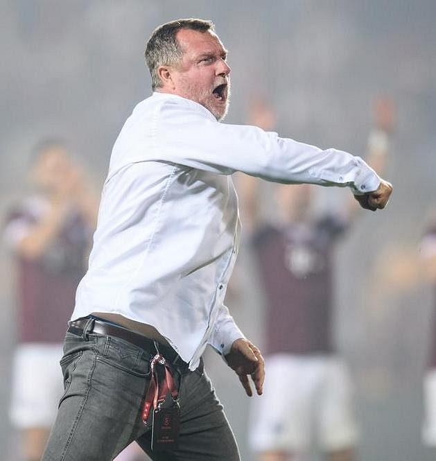 Postup je náš! Trenér Sparty Praha Pavel Vrba oslavuje vítězství nad Rapidem Vídeň.