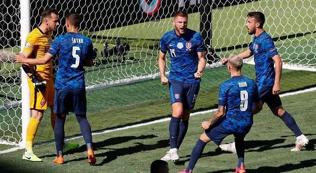 Slovenský brankář Martin Dúbravka zneškodnil během utkání EURO proti Španělsku pokutový kop a oslavuje to se svými spoluhráči.