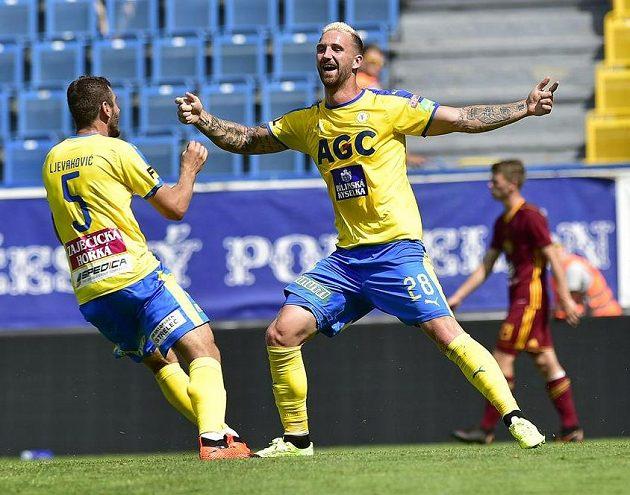 Z gólu se radují tepličtí hráči (zleva) Admir Ljevakovič a David Vaněček.