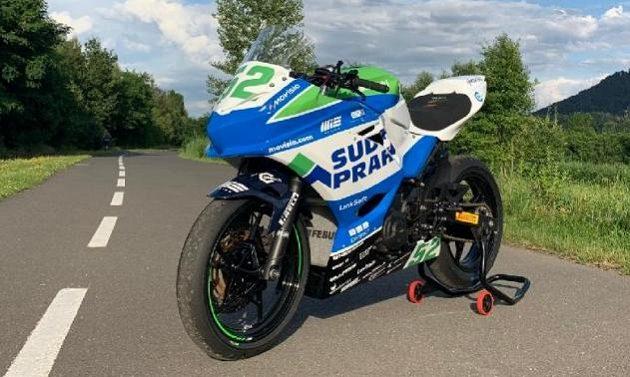 Motocyklový závodník Oliver König se na mosteckém okruhu se ukáže v nových týmových barvách.