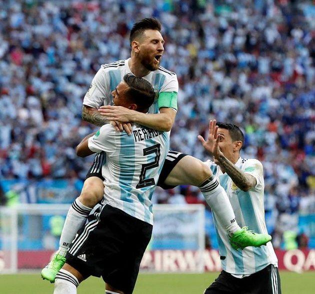 Argentinec Gabriel Mercado (zády) slaví svůj gól s Lionelem Messim.