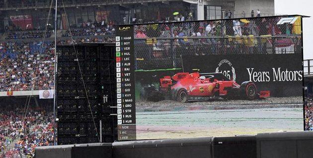 Konec! Charles Leclerc skončil ve štěrku...