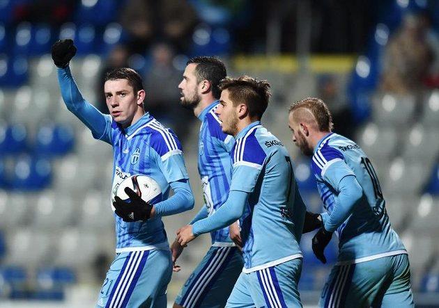 Autor prvního gólu Ondřej Zahustel (vlevo) z Boleslavi se raduje se spoluhráči.