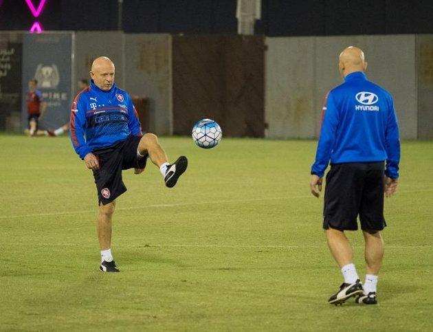 Pozor, míč krotí trenér Karel Jarolím.
