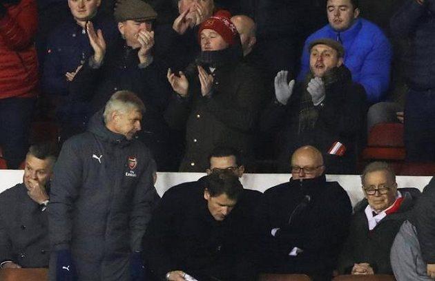 Fanoušci Nottinghamu Forest nadšeně aplaudují svému týmu po výhře ve 3. kole FA Cupu nad Arsenalem. Manažer Gunners Arséne Wenger odchází zklamaně z tribuny.