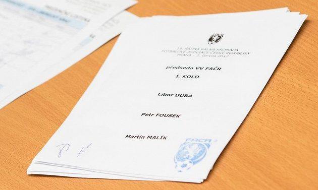 Volební lístek se jmény kandidátů na předsedu FAČR.