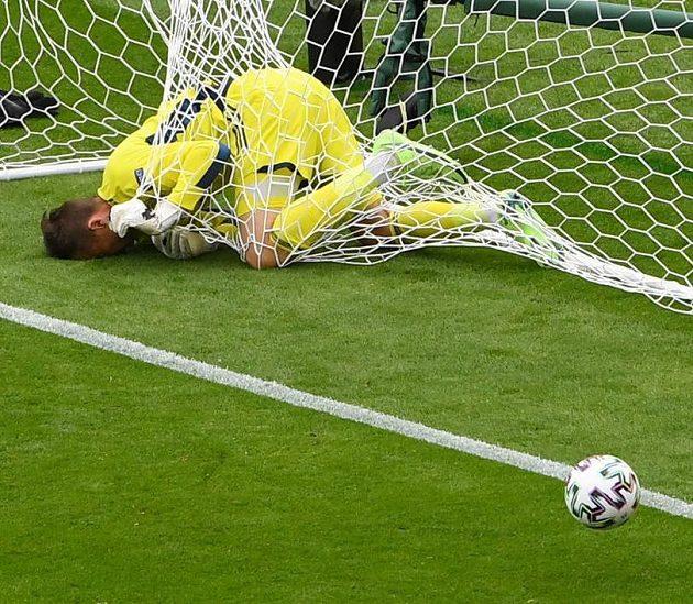Nešťastný skotský brankář David Marshall právě inkasoval od Patrika Schicka gól z půlky hřiště.