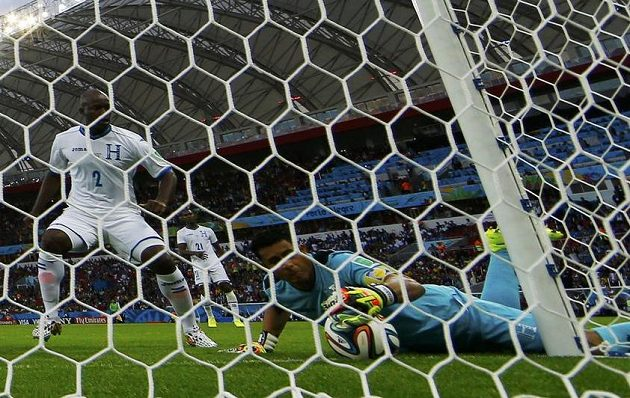 Historický moment! Po Benzemově střele se brankář Hondurasu Valladares snaží zachránit situaci, technologie však ukázala, že míč byl za čárou.