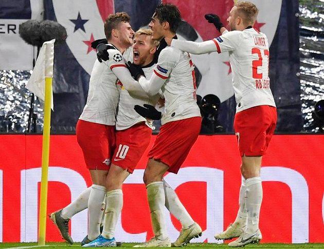 Fotbalisté RB Lipsko slaví gól. Střelci Emilu Forsbergovi gratulují spoluhráči a to včetně českého útočníka Patrika Schicka.