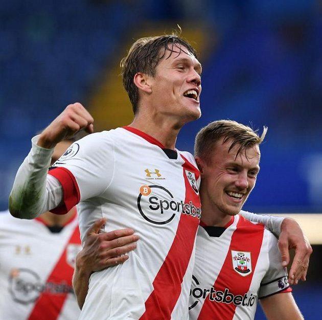 Southamptonský Jannik Vestergaard a James Ward-Prowse slaví třetí gól proti Chelsea.