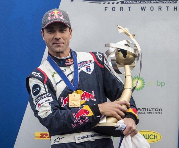 Martin Šonka s trofejí pro mistra světa.
