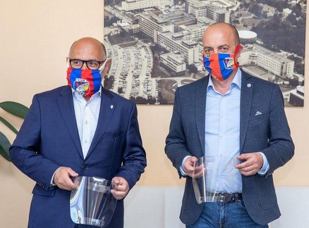 Fotbalisté Plzně dál pomáhají v boji s koronavirem. Prezident klubu Tomáš Paclík ve fakultní nemocnici předal lékařům tisíc ochranných štítů.