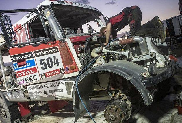 Mechanici z týmu Aleše Lopraise měli po druhé etapě s tatrou plné ruce práce.