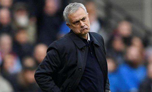Manažer Tottenhamu Hotspur José Mourinho při premiéře nebyl s řadou věcí spokojený. Najevo to dal třeba svou grimasou.