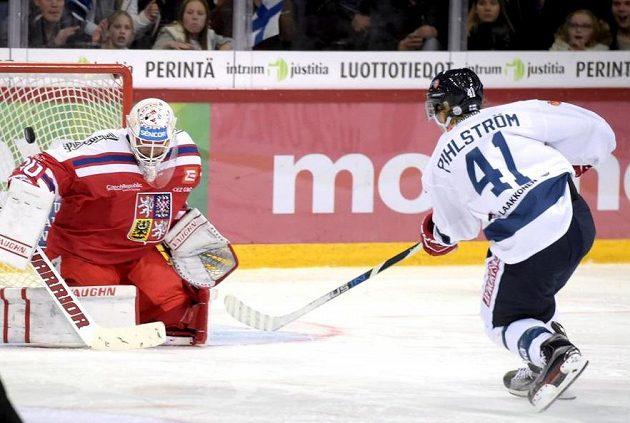 Takhle brankář Šimon Hrubec vychytal v nájezdu Anttiho Pihlströma.