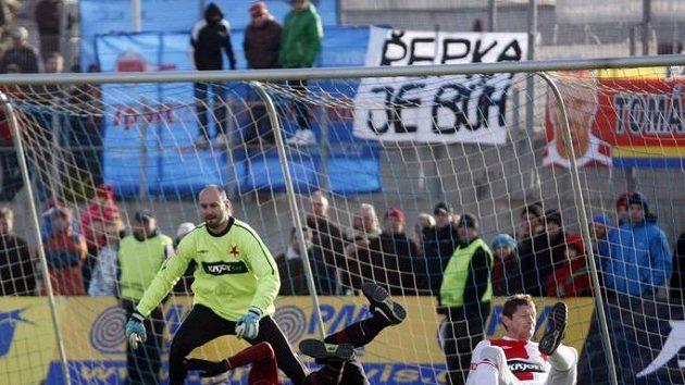 Sparťan Lokvenc padá po souboji se slávistou Zákostelským před brankářem Vorlem během silvestrovského derby.