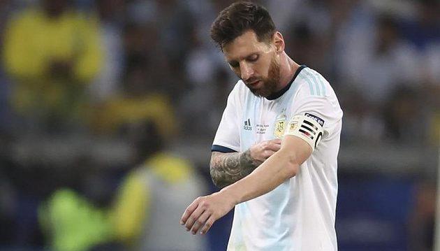 Zklamaný argentinský fotbalový reprezentant Lionel Messi opouští trávník po porážce s Brazílií.