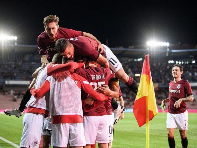 Fotbalisté Sparty Praha (Michal Sáček a Martin Minčev) oslavují gól na 2:1 během utkání se Zlínem.