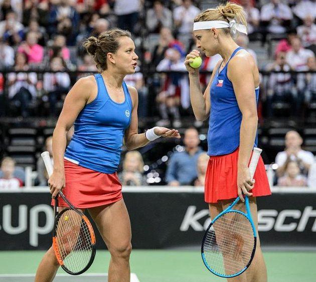 Lucie Šafářová a Barbora Strýcová během čtyřhry s Bacsinszkou a Teichmannovou.