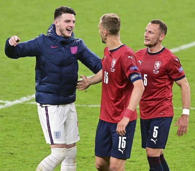 Anglický reprezentant Declan Rice (vlevo) s Tomášem Součkem (uprostřed) a Vladimírem Coufalem po zápase na EURO.
