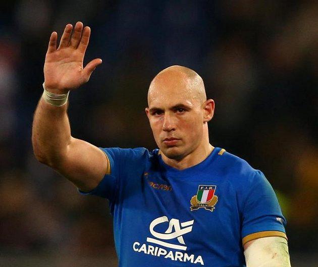 Smutný pozdrav. Ital Sergio Parisse mává divákům po porážce s Anglií.