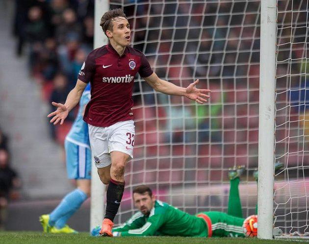 Josef Šural ze Sparty oslavuje svůj gól.