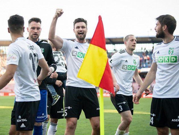 Tomáš Wágner z Karviné (uprostřed) oslavuje vítězství 3:1 na hřišti Sparty v nejvyšší soutěži fotbalistů.