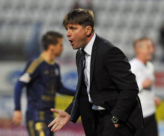 Trenér Plzně Dušan Uhrin ml. během utkání v Olomouci.