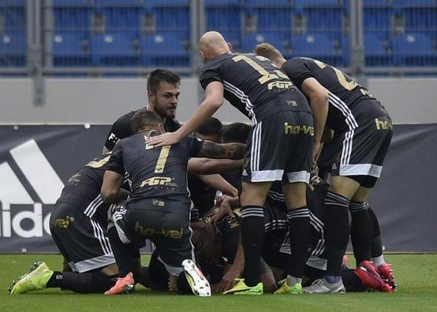 Fotbalisté Baníku se radují z gólu.