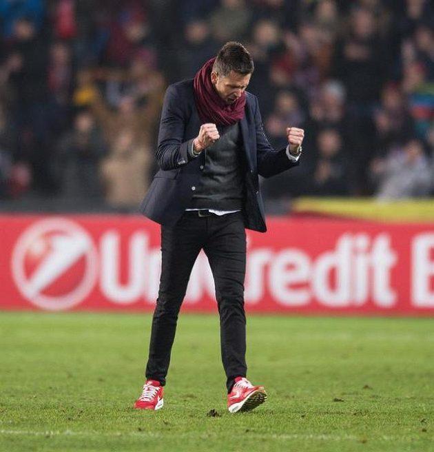 Trenér Sparty David Holoubek oslavuje postup a vítězství nad Southamptonem.